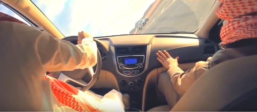 xosoquocte.com-Cách Các Tay Lái Ả Rập Thay Lốp Trong Lúc Chạy Xe-2018-04-21_180613