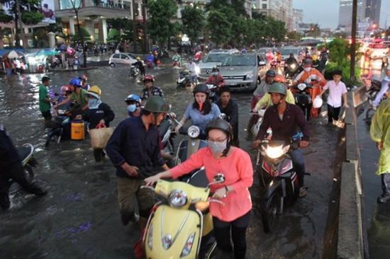 shopshsaigon.com-Cách Lái Xe Máy An Toàn Trong Trời Mưa Bão Tại Sài Gòn-2952018-71